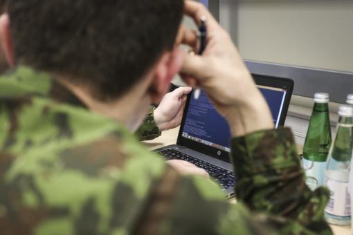 Siūloma sudaryti galimybę kariams, kariams savanoriams ir šauliams įsigyti ginklus pigiau