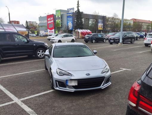 """""""Subaru"""" parkavimo ypatumai kaunietį paliko be žado: vienam prireikė trijų vietų"""