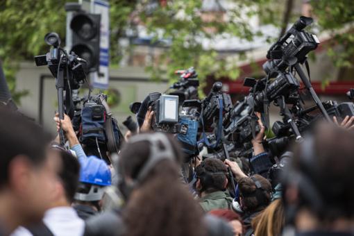 Dėl koronaviruso pandemijos smarkiai pablogėjo žurnalistų darbo sąlygos visame pasaulyje