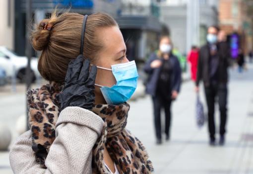 Naujos rekomendacijos: sveikiems žmonėms medicininių kaukių dėvėti nebereikia?