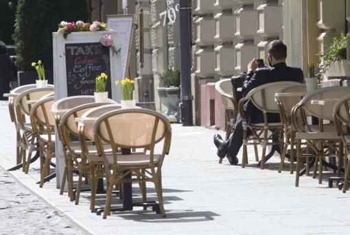 Atveriamos lauko kavinės, leidžiama lankyti artimuosius ligoninėse