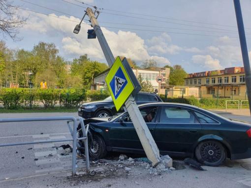 Pašilės gatvėje – girto vairuotojo skrydis į stulpą