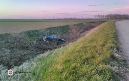 Pasvalio rajone neblaivus vairuotojas nesuvaldė automobilio ir įvažiavo į griovį