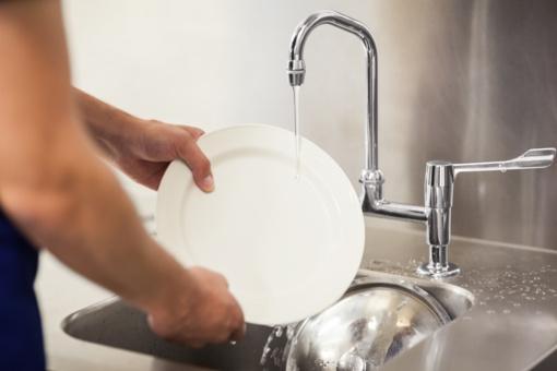 Atskleidė, kodėl negalima indų plauti rankomis