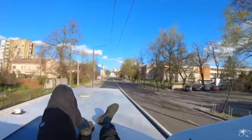 Skaitytojai dalijasi: vaikinas nusprendė po Kauną pasivažinėti ant autobuso stogo