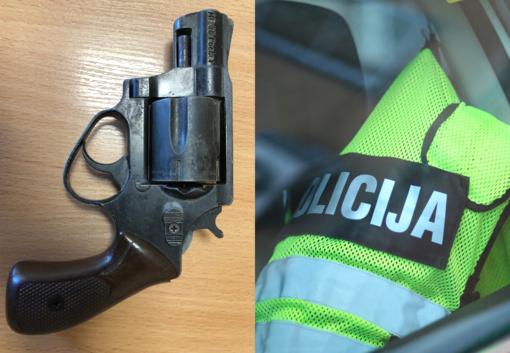 Alkoholio radviliškietis bandė išsireikalauti  ginklu