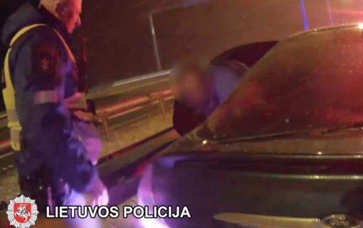 Nuo policijos sprukusiame automobilyje – du keleiviai ir nė vieno vairuotojo (vaizdo įrašas)