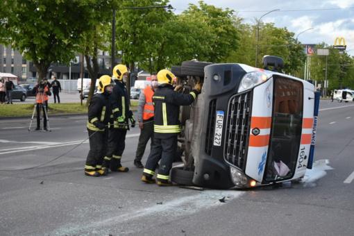 Stipri avarija Savanorių prospekte: po smūgio apvirto medikų ekipažas