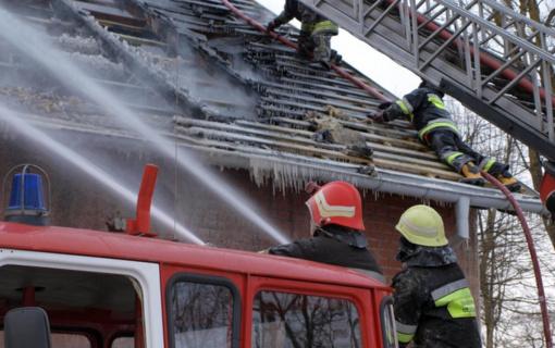 Trakų rajone nuo kamino užsidegė namo stogas