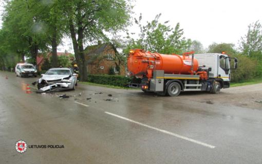 Eismo įvykis Vilkaviškio rajone: susidūrė krovininis ir lengvasis automobilis