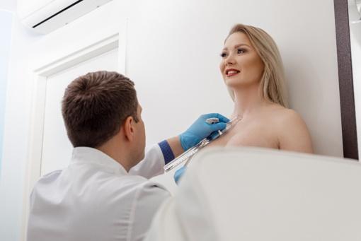 Dėl plyšusių implantų ir kontraktūros Natalija Bunkė gulasi ant operacinio stalo