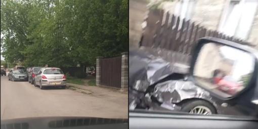 Kaune sunkiai apgirtęs vairuotojas apgadino tris stovinčius automobilius