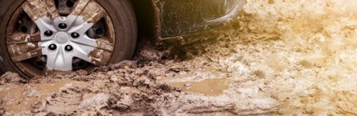 Neblaivaus vyro vairuotas automobilis užklimpo pelkėje