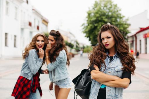 Netikro draugo požymiai: kaip atpažinti, kad jums slapta pavydi
