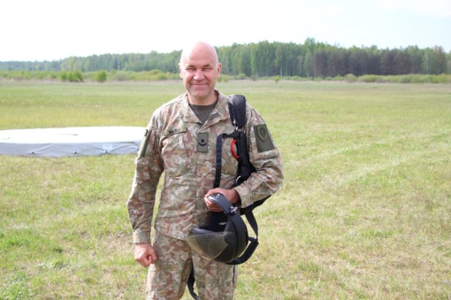 Lietuvos karininkas atliko 9000-ąjį šuolį parašiutu