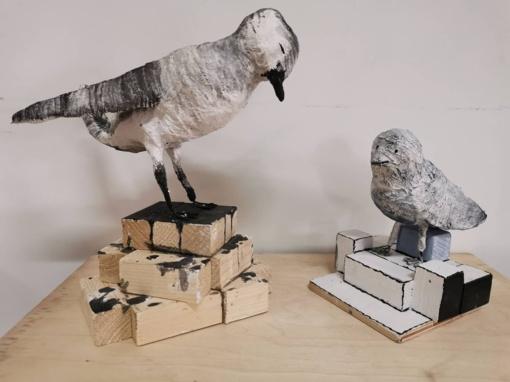 """Šiaulių miesto savivaldybės viešojoje bibliotekoje – skulptūros kūrybinių darbų paroda """"Paukščiai"""""""