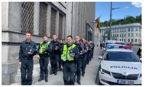 Policijos pareigūnai visoje Lietuvoje švyturėliais atidavė pagarbą žuvusiam kolegai