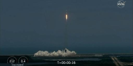 """Istorinė """"SpaceX"""" NASA misija – amerikiečių astronautai sėkmingai pasiekė tarptautinę kosminę stotį"""