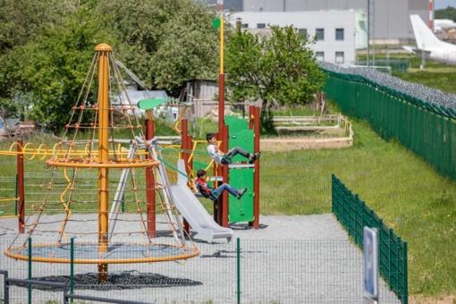 Vilniaus oro uosto lėktuvų stebėjimo aikštelė tampa patogesne šeimoms: įrengta žaidimų aikštelė vaikams