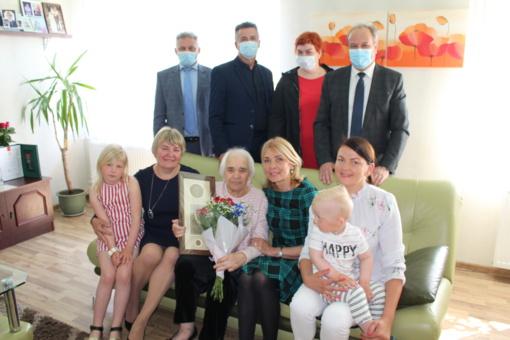 Prezidento apdovanotai daugiavaikei mamai – ir Savivaldybės vadovų padėka