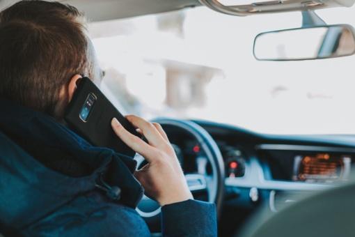 Tyrimas: mobiliuoju telefonu vairuodami naudojasi du trečdaliai Lietuvos gyventojų