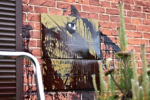 Išpuolis Panevėžyje: antstolė rado vandalų išpaišytą savo kontoros informacinę lentą