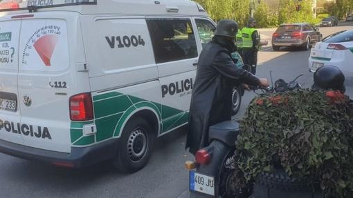 Policija: Pergalės dieną Vilniuje važinėję į Vermachto karius panašūs motociklininkai niekuo nenusikalto