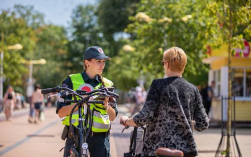Prasidedant vasarai – policijos bendruomenės pareigūnų dėmesys saugiam dviratininkų eismui Palangoje