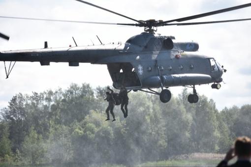 """Kariniai mokymai Panevėžyje: kariai iš sraigtasparnio šokinėjo į """"Ekrano"""" marias"""
