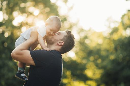 Prezidentas Tėvo dienos proga teikia Valstybės apdovanojimų įstatymo pataisas, šiemet pagerbs tėvus padėkomis