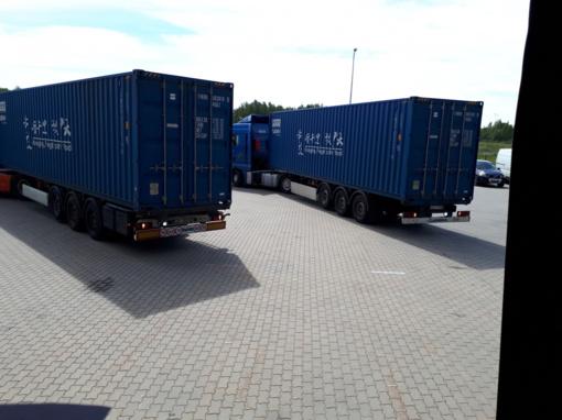 Traukiniu į Lietuvą atgabenti du konteineriai apsauginių chalatų