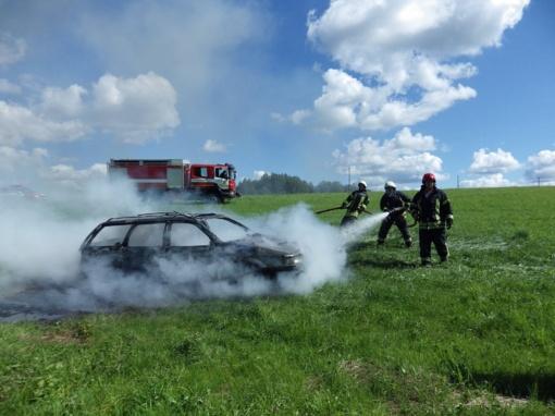 Patarimai vairuotojams: ar žinote, kaip gesinti degantį automobilį?