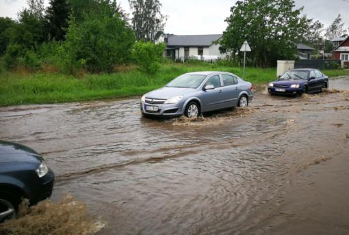 Kelininkai perspėja vairuotojus: dieną eismo sąlygas vėl sunkins škvalas