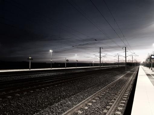 Pilviškių miestelyje šalia bėgių rastas negyvas vyras, įtariama, kad jį mirtinai traumavo traukinys