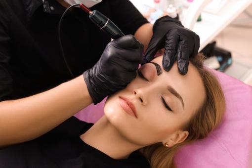 Tatuiravimo ir ilgalaikio makiažo paslaugos kelia diskusijas: svarstomas sūlymas riboti gamybai naudojamas pavojingas chemines medžiagas