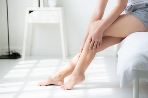 Tinimas, dilgčiojimas ir mėšlungis: kaip padėti šių simptomų kamuojamoms kojoms?
