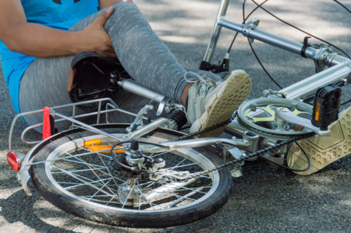 Pasvalio rajone neblaivi dviračio vairuotoja atsitrenkė į mikroautobusą