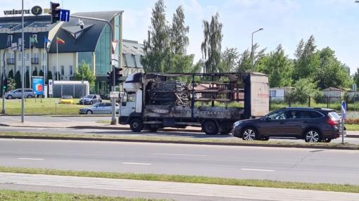 Šiauliuose atvira liepsna dega sunkvežimis (vaizdo įrašas)