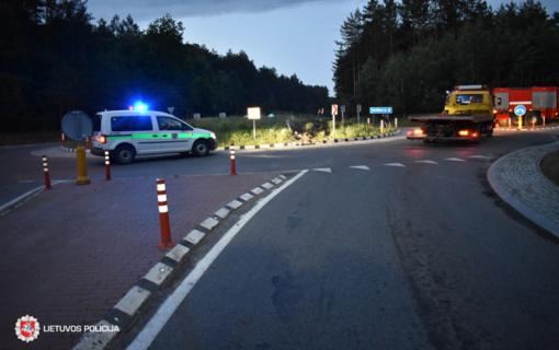 Alytaus rajone automobilis nuvažiavo nuo kelio, apsivertė ir užsidegė