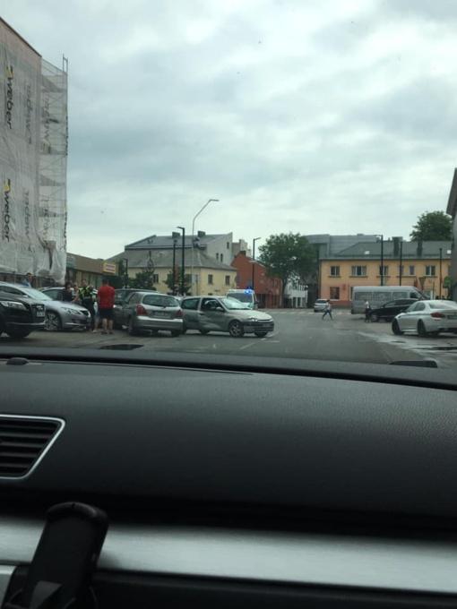 Alytuje susidūrė du automobiliai, jie rėžėsi į mikroautobusą