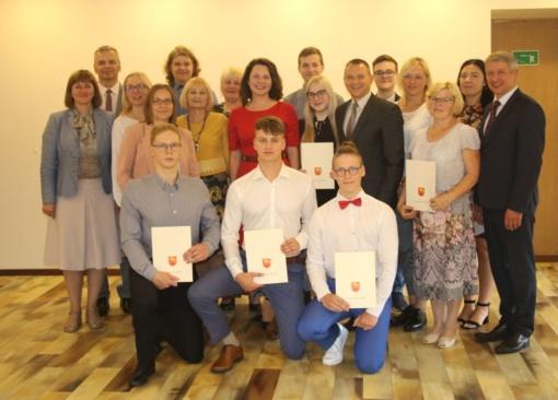 Puikiai egzaminus išlaikiusių abiturientų laukia dar daugiau savivaldybės apdovanojimų