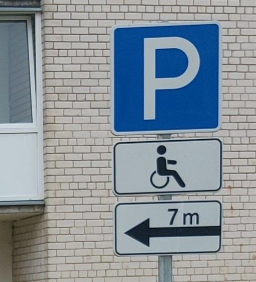 """Tikrinta, ar Švenčionyse paisoma kelio ženklo """"Neįgalieji"""""""