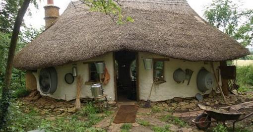 Namas iš molio ir šiaudų už mažiau nei 300 eurų!