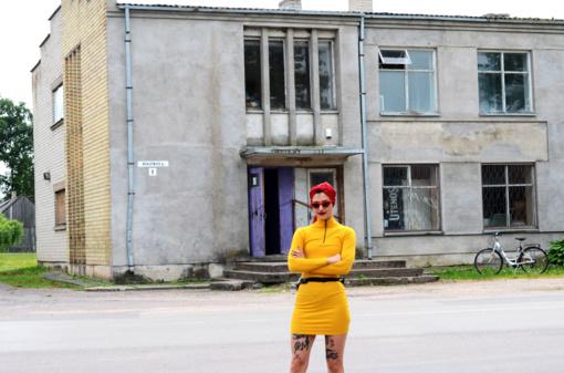 """Griškabūdžio """"pastate-vaiduoklyje"""" atvirą meno studiją bei jaunimo erdvę įrenginėjanti menininkė Eglė Tamulytė drobes mainys į duris ir langus"""
