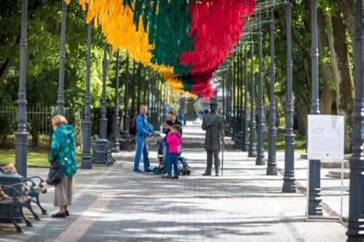 Valstybės dieną Palangoje – Tautiška giesmė, ore plazdenanti šventinė nuotaika ir jaukūs pasivaikščiojimai minčių takais