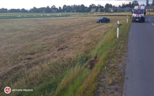 Biržų rajone neblaivus vyras nuvažiavo nuo kelio ir apsivertė