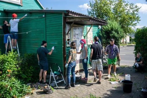 Skautai padeda panevėžiečiams: neatlygintinai dažo namą Klaipėdos gatvėje