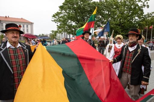 Valstybės dieną šiauliečiai minėti būrėsi Prisikėlimo aikštėje
