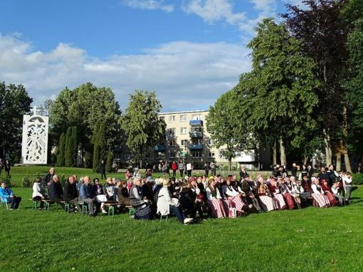 Skuodo miesto parke paminėta Valstybės diena ir sugiedota Tautiška giesmė