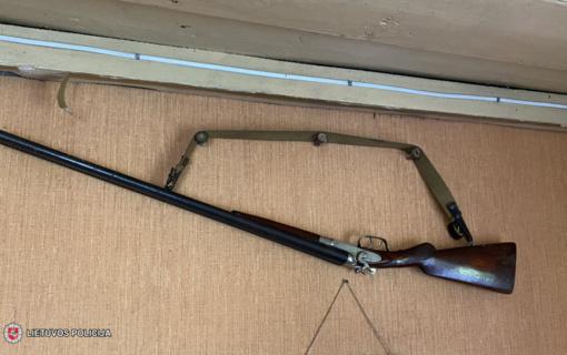 Tauragės rajone rastas neteisėtai laikomas ginklas, šoviniai bei įranga jiems gaminti